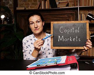 primo piano, mano, mercati, capitale, vuoto, lavagna, frase, orizzontale, colpo.