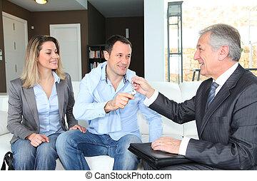 proprietari, reale-proprietà, dare, casa, giovane, agente, chiavi