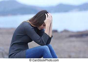 Spiaggia, donna triste, silhouette, preoccupato. Donna, silhouette, sole, preoccupato, tramonto, fondo, triste, spiaggia. | CanStock