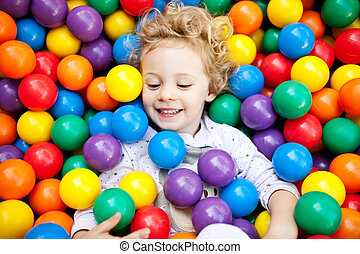 ragazza, gioco, plastica, ?olorful, detenere, giovane, divertimento, palle, bambino, biondo