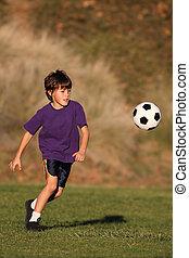 ragazzo, calcio, giocando palla