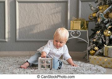 ragazzo, poco, seduta, pavimento, albero, gioco, natale