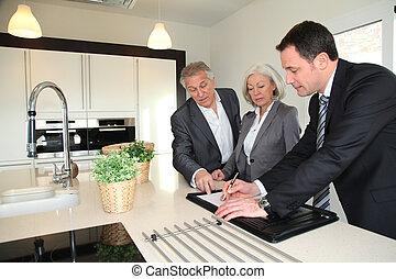 reale-proprietà, casa, esposizione, agente, interno, coppie maggiori