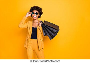 ritratto, isolato, fondo, volere, possedere, presa, libero, nero, divertimento, stile, acquirente, colorare, toxicomano, afro, tutto, negozio, pantaloni, ragazza, allegro, borse, sopra, indossare, mercanteggiare, positivo, tempo, pantaloni, americano, equipaggiamento, giallo