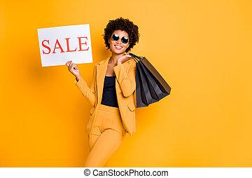 ritratto, isolato, fondo, volere, possedere, presa, libero, viaggiare, viaggio, stile, colorare, afro, negozio, ragazza, sunglass, vendite, allegro, moda, borse, sopra, indossare, mercanteggiare, godere, positivo, tempo, americano, equipaggiamento, giallo