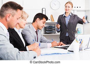 riunione, donna affari, colleghi, presa a terra