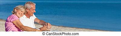 romantico, seduta, coppia, insieme, anziano, spiaggia, felice