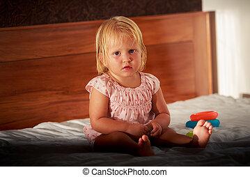 rosa, poco, divano, giocattoli, biondo, sedere, ragazza