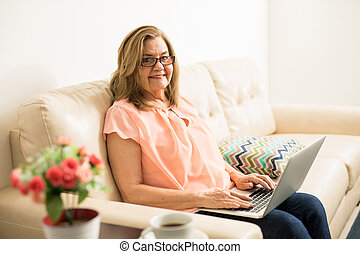 sambuco, donna, email, invio