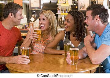 sbarra, giovane, ridere, gruppo, bere, amici
