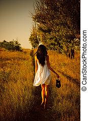 scalzo, scarpe, mano, field., ragazza, vestire, bianco, vista posteriore