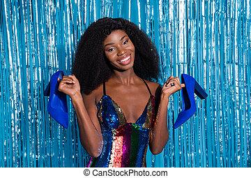 scarpe, sopra, sfondo blu, allegro, tenda, presa a terra, ragazza, attraente, isolato, clubbing, ritratto, nuovo, orpello, mani, festeggiare