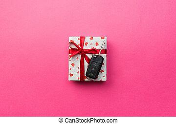 scatola, cuore, concetto, colorato, regalo, dare, automobile, cima, arco, chiave, presente, sfondo rosso, vista., nastro