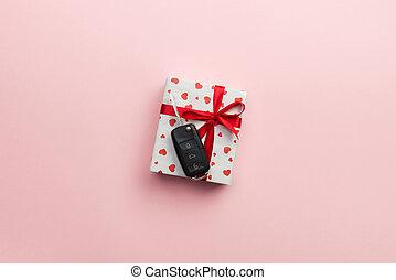 scatola, cuore, concetto, colorato, regalo, dare, automobile, cima, arco, chiave, rosa, presente, sfondo rosso, vista., nastro