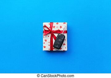 scatola, cuore, concetto, colorato, regalo, dare, automobile, cima, blu, arco, chiave, presente, sfondo rosso, vista., nastro
