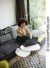 sedere, quaderno, giù, capelli, lavoro, riccio, mentre, bello, giovane, divano, signora, casa