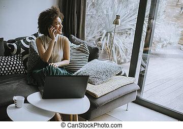 sedersi, lavoro casa, riccio, bello, mentre, giovane, divano, signora, quaderno, capelli