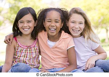 seduta, giovane, tre, fuori, amici ragazza, sorridente