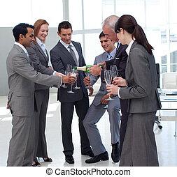 servire, uomo affari, champagne, riuscito, suo, colleghi