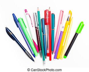 sfondo bianco, penne, matite