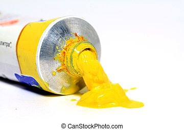 sfondo bianco, vernice gialla