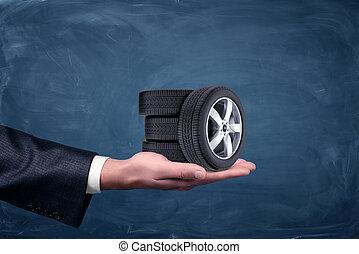 sfondo blu, automobile, uomo affari, piccolo, mano, quattro, lavagna, presa a terra, wheels.