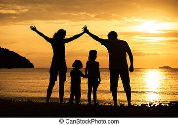 silhouette, famiglia, sunse, spiaggia, gioco, felice