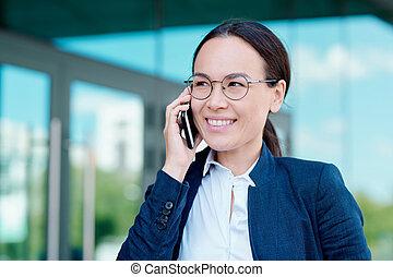 smartphone, discutere, momenti, sorridente, donna d'affari, lavorativo, brunetta, giovane