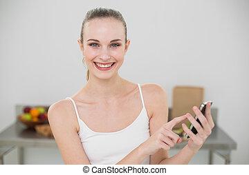 smartphone, donna, giovane, macchina fotografica, presa a terra, sorridere felice