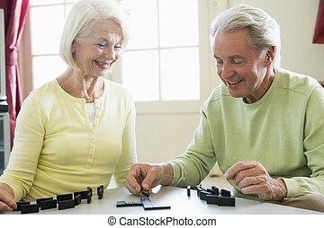 soggiorno, coppia, dominos, sorridente, gioco