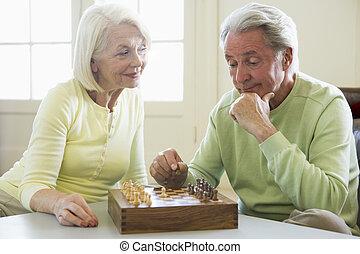 soggiorno, coppia, scacchi, sorridente, gioco