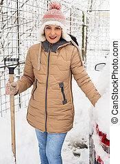 sorridente, pala, neve, presa a terra, donna