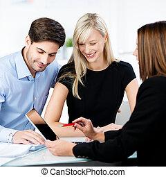spiegando, finanziario, tavoletta, indicare, coppia, consigliere, mentre, digitale, scrivania, ufficio