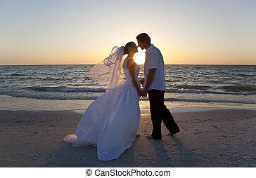 sposato, &, coppia, sposo, sposa, tramonto, matrimonio, baciare, spiaggia