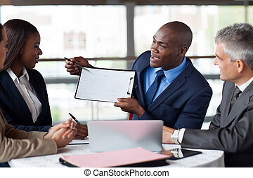 squadra, giovane, americano, figure, presentare, africano, uomo affari, riunione, bello