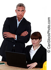 standing, assistente, suo, uomo affari, chiudere