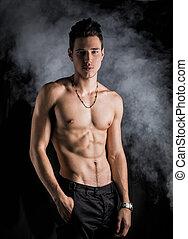 standing, atletico, shirtless, magro, giovane, sfondo scuro, uomo