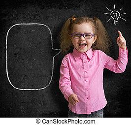 standing, aula, scuola, lavagna, idea, luminoso, capretto, ragazza, occhiali, felice