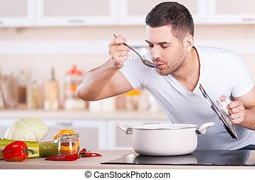 standing, bello, assaggio, giovane, minestra, mentre, soup., uomo, pan, cucina