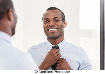 standing, circa, suo, cravatta, look., regolazione, africano, giovane, contro, fiducioso, mentre, specchio, uomo