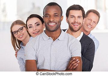 standing, dall'aspetto, custodia, team., gruppo, persone affari, braccia, giovane, allegro, fiducioso, dietro, macchina fotografica, mentre, africano, attraversato, uomo sorridente, lui, fila