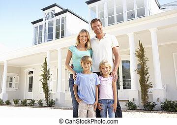 standing, famiglia, giovane, esterno, casa, sogno