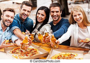 standing, felice, gruppo, persone, stiramento, giovane, you!, mentre, salute, birra, altro, fuori, bottiglie, ciascuno, bonding, fuori