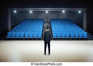standing, minimalistic, teatro, film, uomo affari