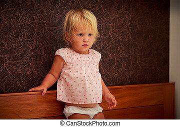 standing, rosa, poco, marrone, parete, contro, ritratto, biondo, ragazza