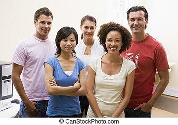 standing, stanza, persone, computer, cinque, sorridente