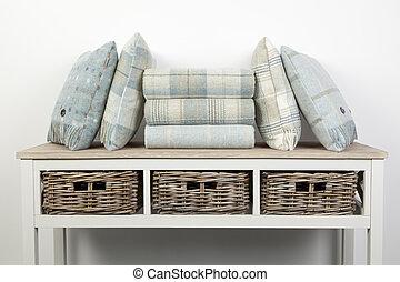 stile, cesti, tiri, blu, vimine, tavola legno, cuscini, credenza, colorato, bianco