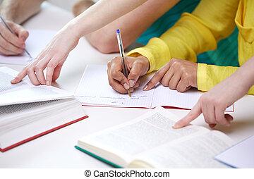 studenti, quaderni, su, scrittura, mani, chiudere