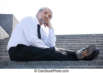 suo, seduta, depresso, formalwear, triste, businessman., presa a terra, mento, anziano, mano, scale, uomo