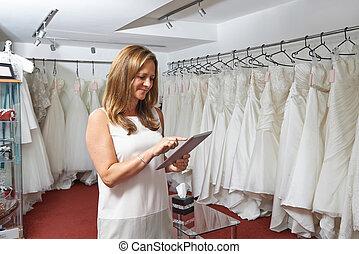 tavoletta, femmina, digitale, proprietario, usando, nuziale, negozio